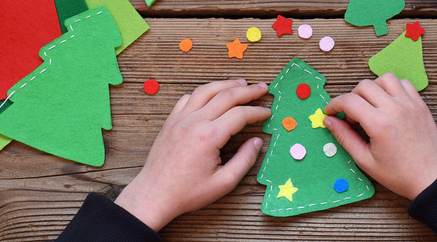 El taller de Navidad es una bonita tradición navidenña para toda la familia. Aquí encontrarás algunas buenas ideas para hermosos regalos de Navidad y decoraciones navideñas que podéis elaborar todos juntos.