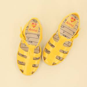 Marca los zapatos con etiquetas grandes